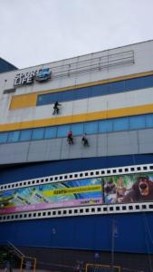 ГК Клининг Премиум. Помывка фасада и остекления альпинистами